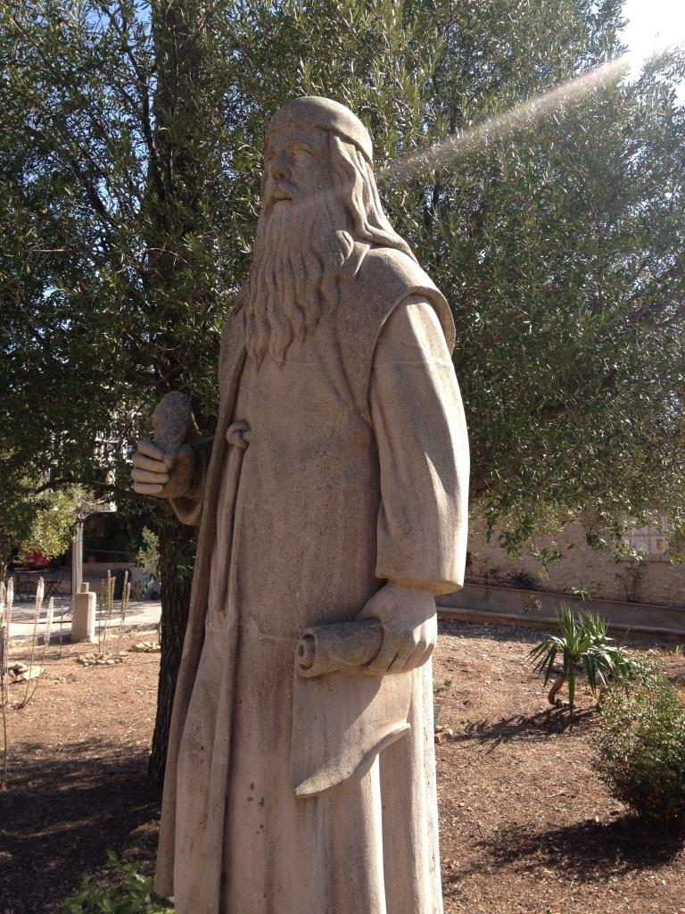 Eine Statue Llulls im Klostergarten. So ähnlich, nur etwas bescheidener, dürfte die Statue an der Cova ausgesehen haben