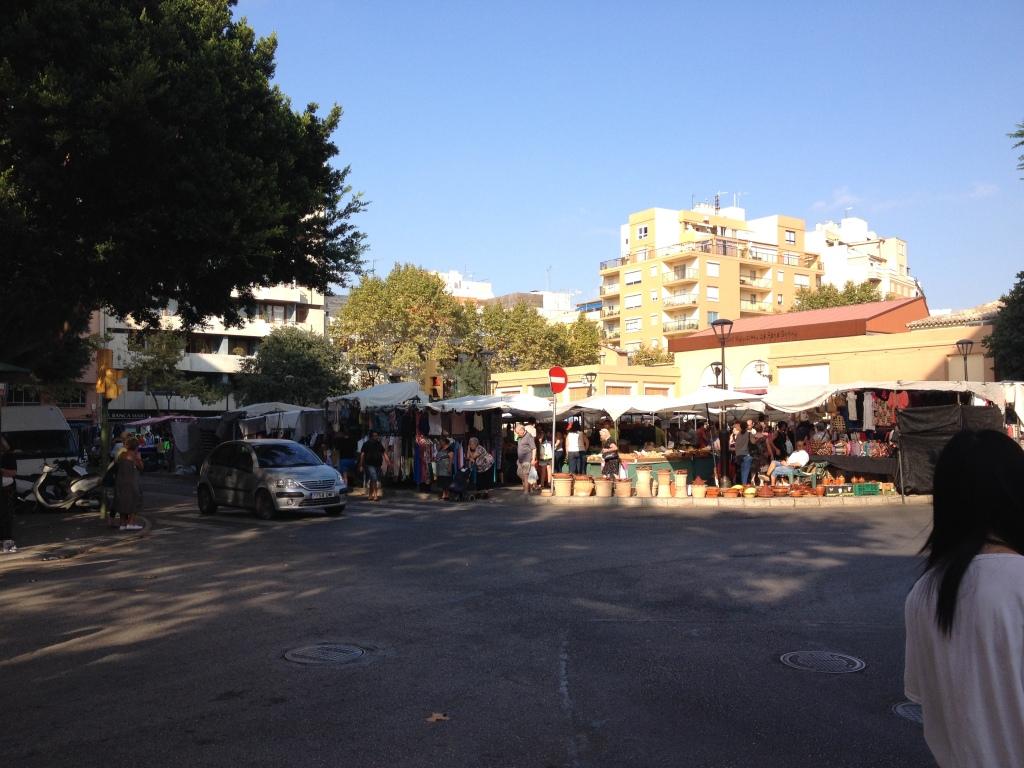 Um den Markt herum verläuft ein zweispuriger Kreisverkehr