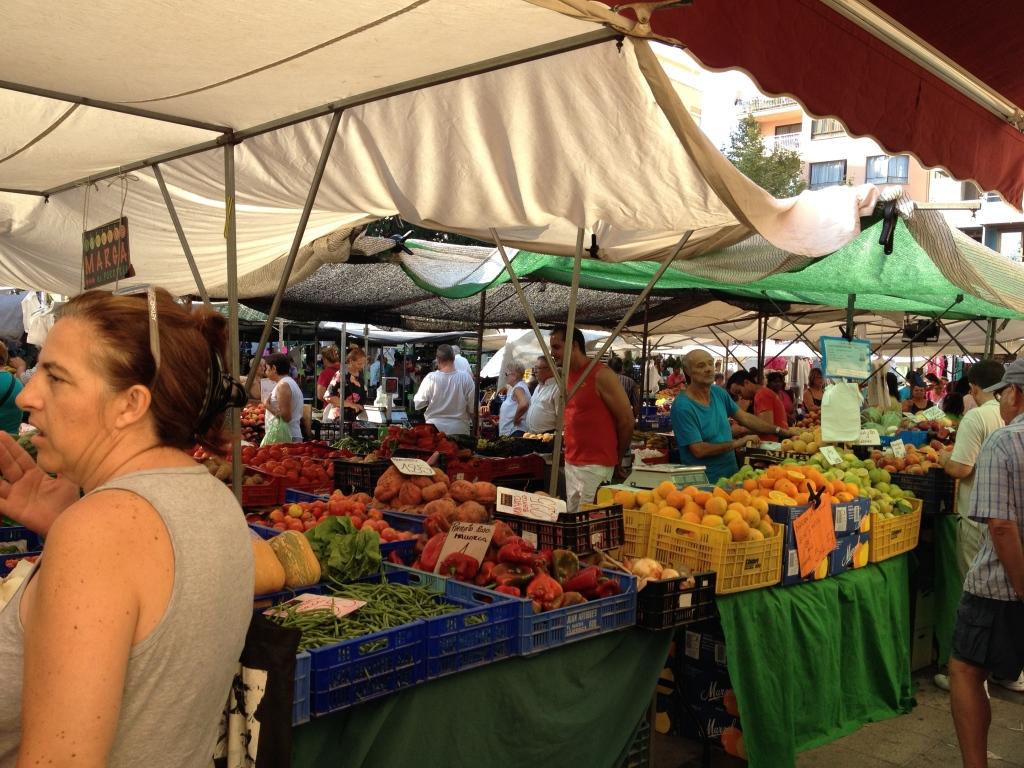 Der Bauernmarkt findet um die Markthalle herum statt ...