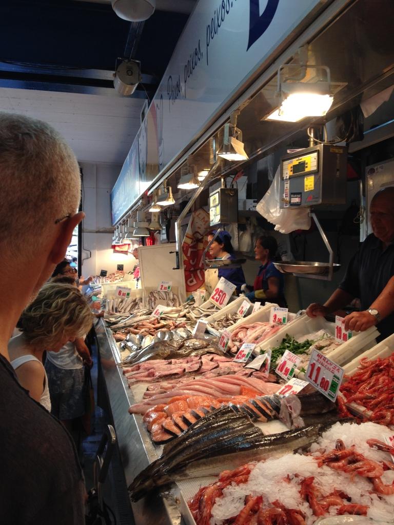 Eine Reihe von Fischständen