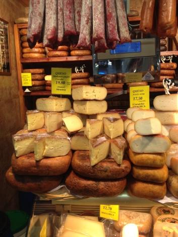 Mahón-Käse ist aus Kuhmilch und wird auf Menorca hergestellt. Links alter Käse (
