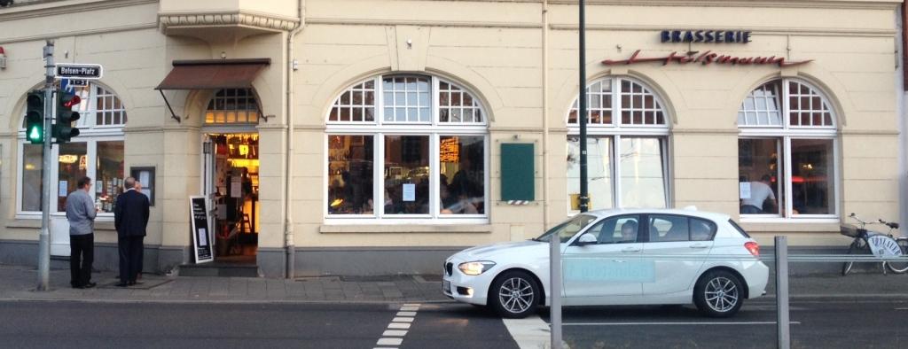 Die Brasserie liegt in Düsseldorf Oberkassel direkt am Belsenplatz