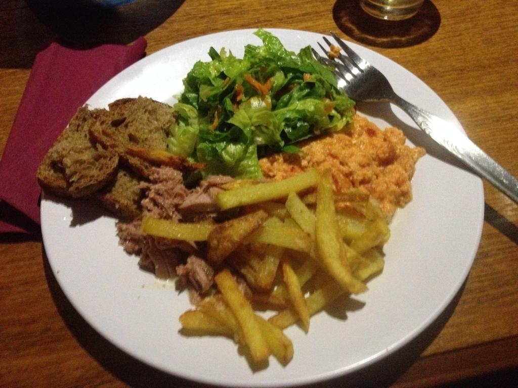 Serviervorschlag: Rührei mit Patatas fritas, selbst gefangenem und eingemachtem Thunfisch, Salat und Brot