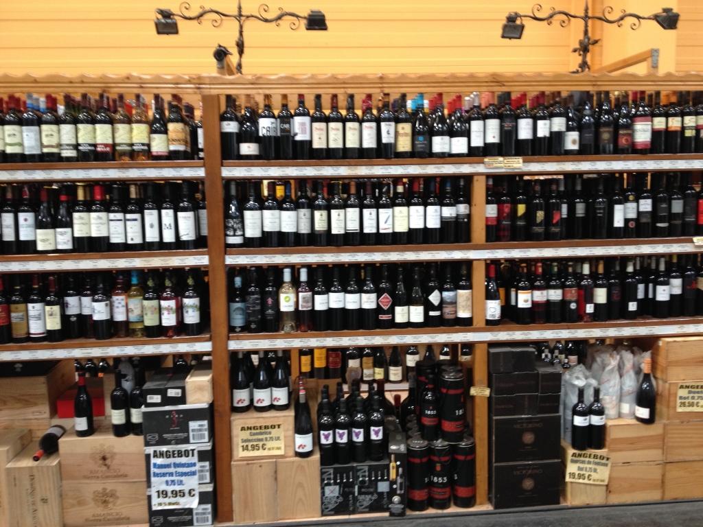 Ein großes Regal präsentiert je eine Flasche jeder Sorte. Kartons findest du dann im Regallager
