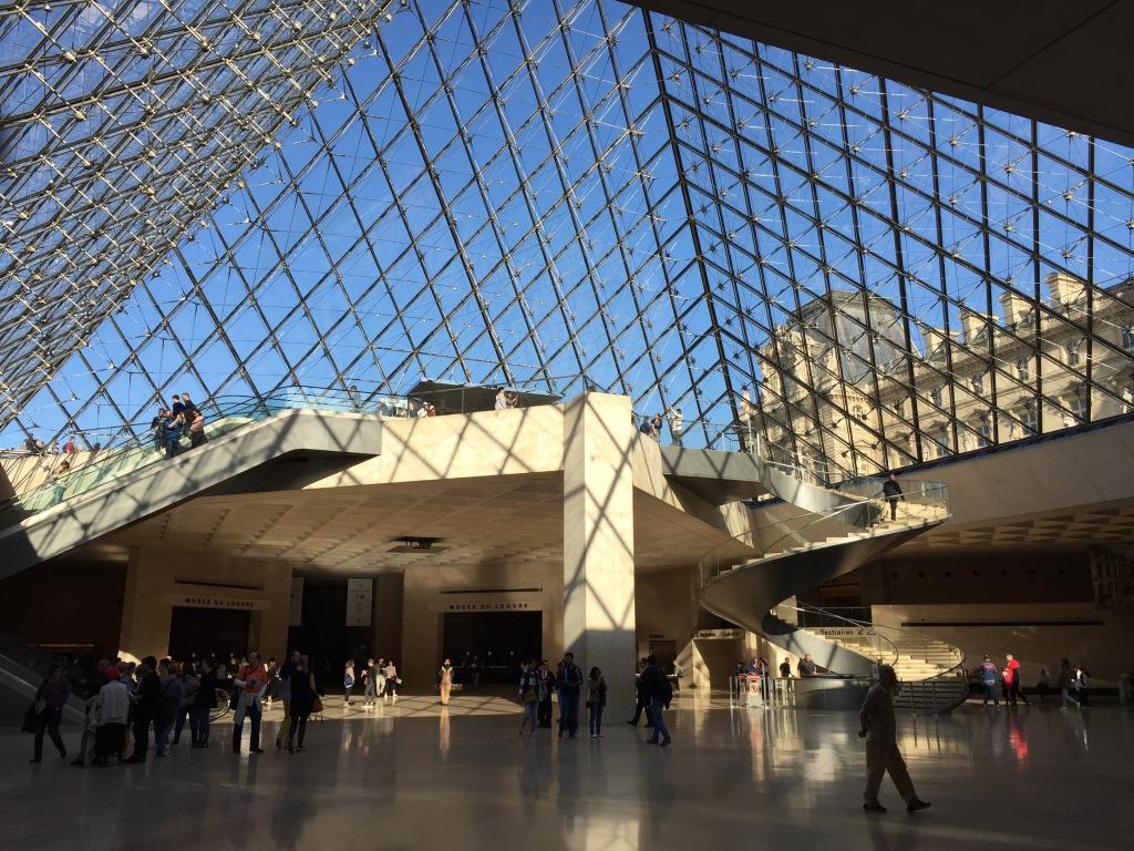 paris-louvre-pyramide-innen