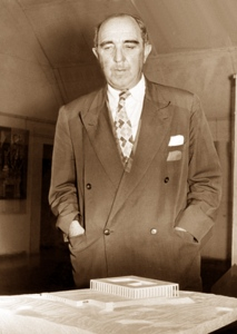 1957 ca - Joseph Klarwein mit Knesset Entwurf
