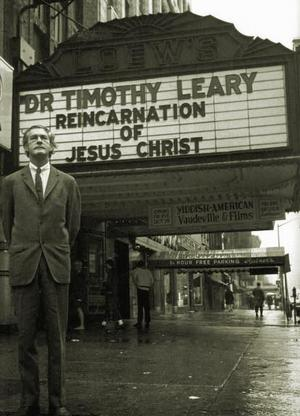 1966 - Leary vor dem Village Theatre